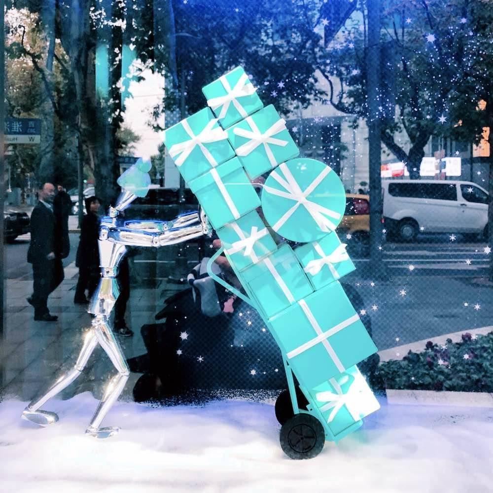 标志性的tiffany蓝,白色缎带扎成的蝴蝶结,还有可爱的木头人推着盒子